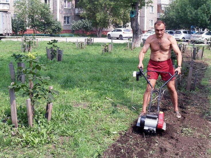 Челябинец из Тракторозаводского района Алексей Потапов знаменит тем, что самостоятельно благоустр