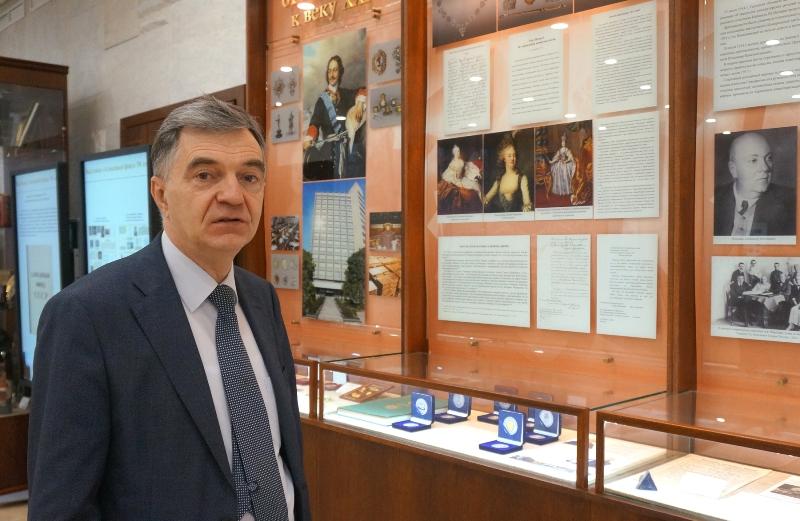 Несколько дней назад глава Гохрана России Андрей Юрин вручил подарочный комплект директору музея