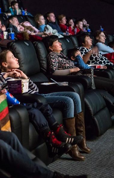 Обновлённый кинотеатр в ТРЦ «Фокус» сменил обычные кресла на мягкие с выдвигающейся поддержкой дл