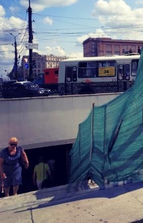 В подземном переходе под площадью Революции в Челябинске проведены работы по закреплению перил на