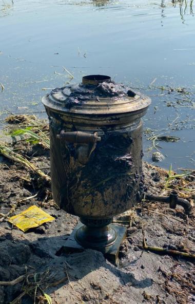 Челябинские водолазы выловили из реки Миасс антикварный самовар, возраст которого составляет окол
