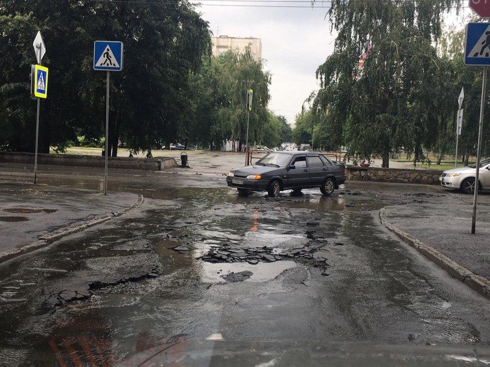 Улица Пушкина теперь, как после бомбежки. Об этом сообщают пользователи социальной сети: