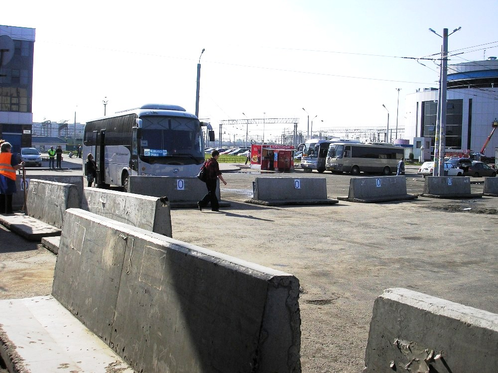 Как уже сообщало агентство, в четверг ночью бетонными блоками был перекрыт доступ междугородных а