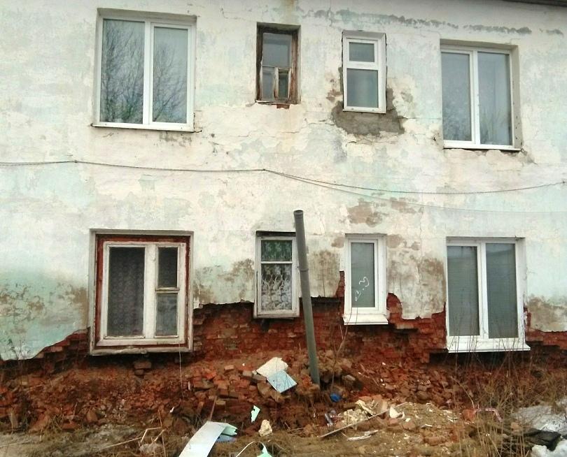 В Юрюзани (Челябинская область) жильцы аварийного дома № 25 по улице Карла Маркса боятся заходить