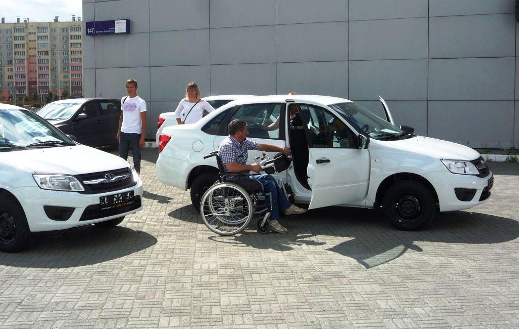 Ключи вручали специалисты Челябинского отделения Фонда социального страхования. Снаружи автомобил
