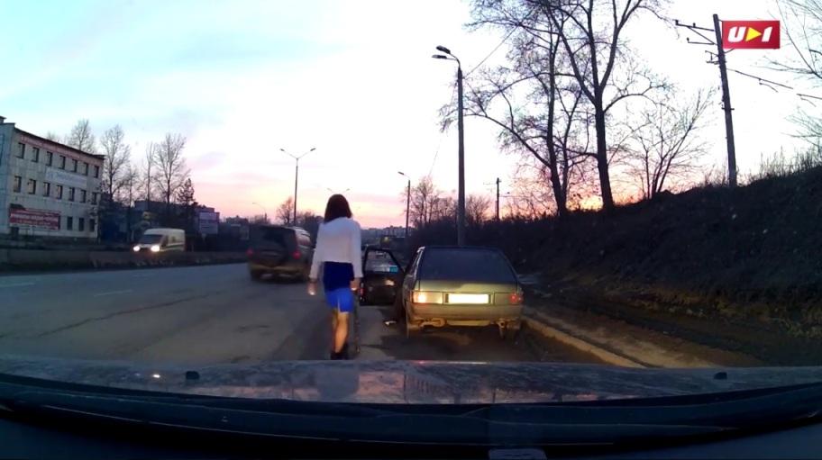 Инцидент произошел на автодороге «Меридиан». Девушка-водитель видит ВАЗ, который чем-то вызвал ее