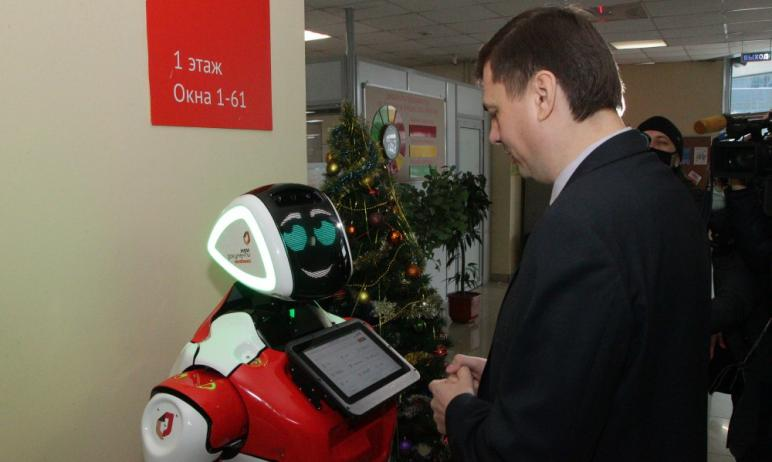 В пятницу, 25 декабря, в МФЦ Челябинска презентовали нового сотрудника – робота Promobot. Он буде