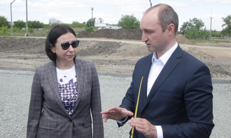 Глава Челябинска Наталья Котова сегодня, 27-го мая, оценила ход строительства парка Дружбы в Трак