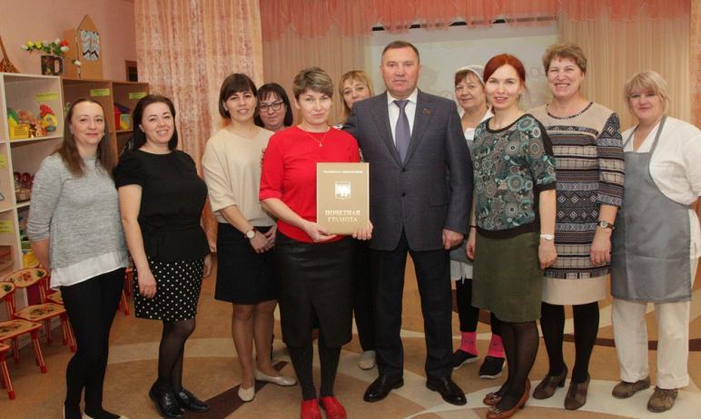 Депутат челябинской городской думы Виталий Паутов поздравил с 8 Марта женские коллективы всех обр