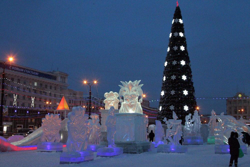Огни на центральной ёлке зажглись, ледяные горки вокруг главной новогодней красавицы заработали -