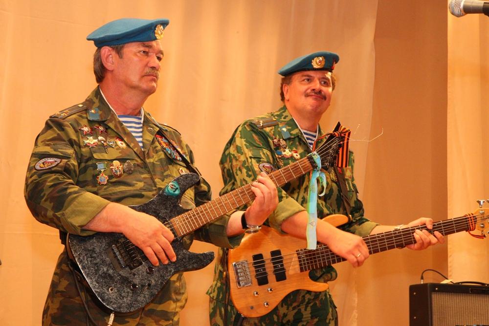 Депутат гордумы Виталий Паутов организовал концерт ко Дню Победы: перед жителями выступили легендарные «Голубые береты»