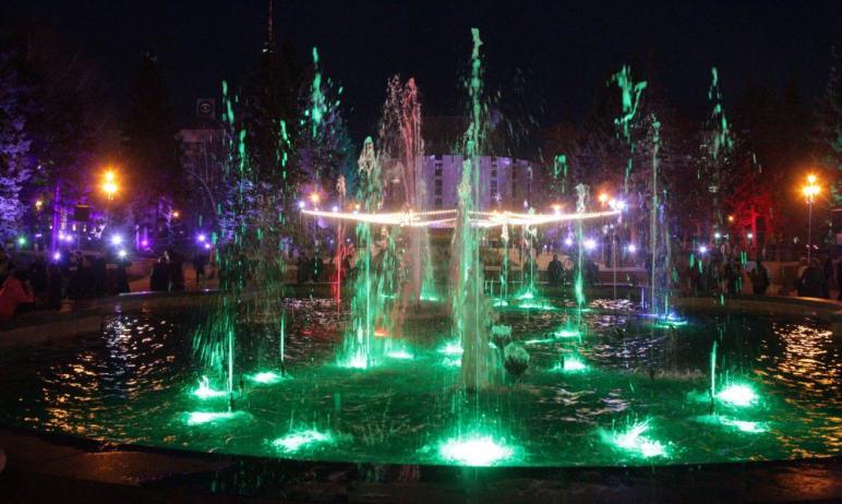 В Челябинске начал работу светомузыкальный фонтан на площади Революции. В вечернее время, ежеднев