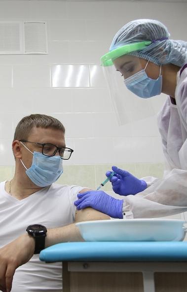 Губернатор Челябинской области Алексей Текслер в День знаний поставил прививку от гриппа и призыв