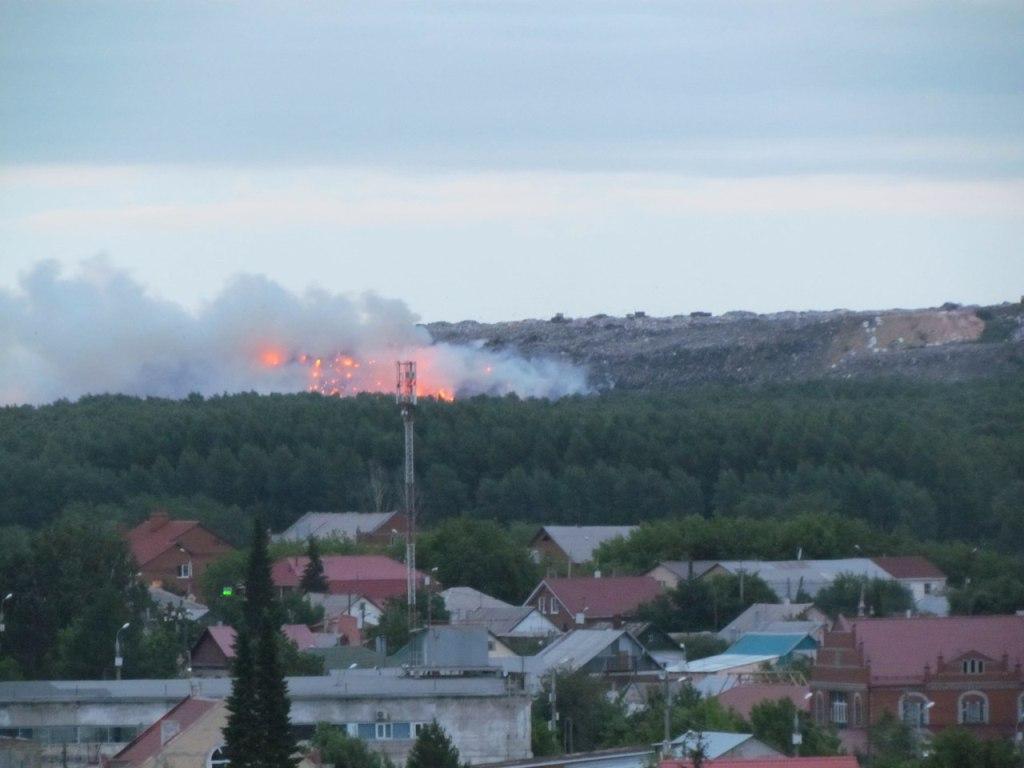 Пользователи поделились фотографиями горящей свалки в группе «Подслушано ЧМЗ» позд