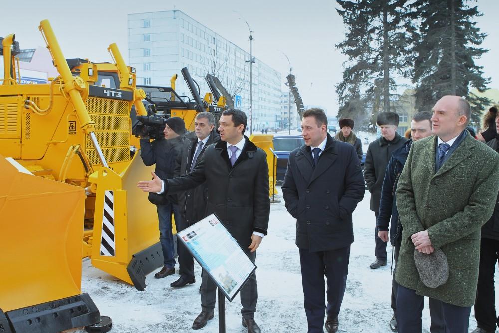 Как сообщает пресс-служба ЧТЗ, руководитель предприятия Виктор Воропаев показал высоким гостям но