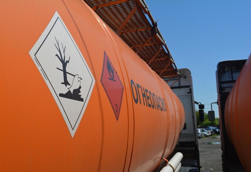 На российско-казахстанской таможне пресекли контрабанду дешевого бензина из соседнего Казахстана.