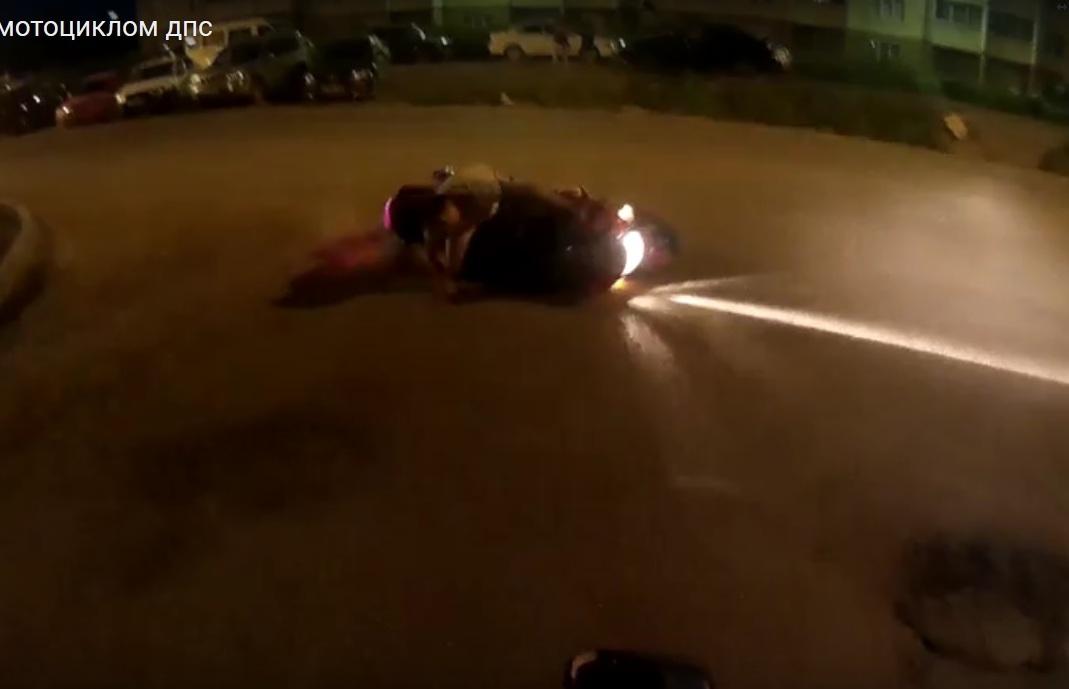 Погоню за полуголым мотоциклистом очевидцы сняли на видео. Местные жители утвержда