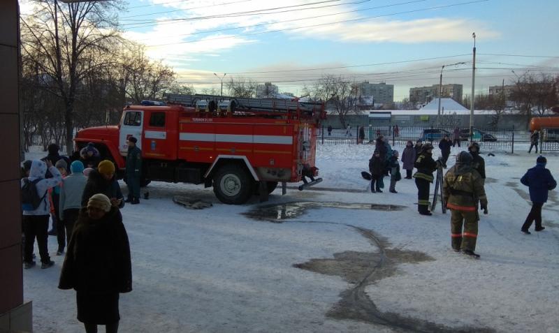 Больше 1000 человек были эвакуированы из-за пожара в школе Челябинска. В образовательном учрежде