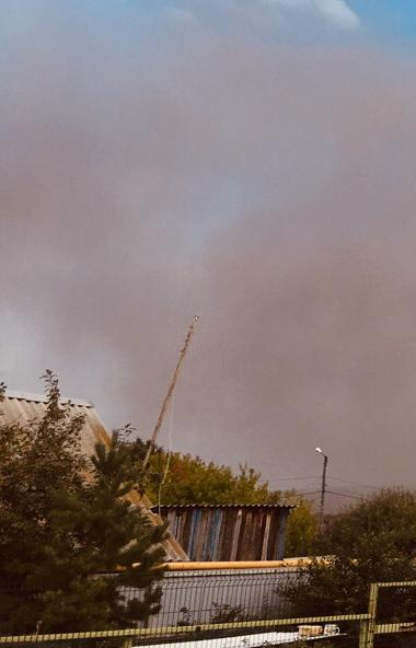 Частный сектор города Коркино (Челябинская область) накрыло плотным сизым облаком. В соцсетях жит