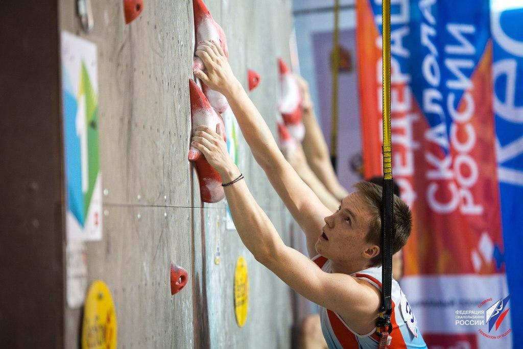 Юный скалолаз из Миасса (Челябинская область) Роман Божко завоевал «серебро» на этапе молодежного