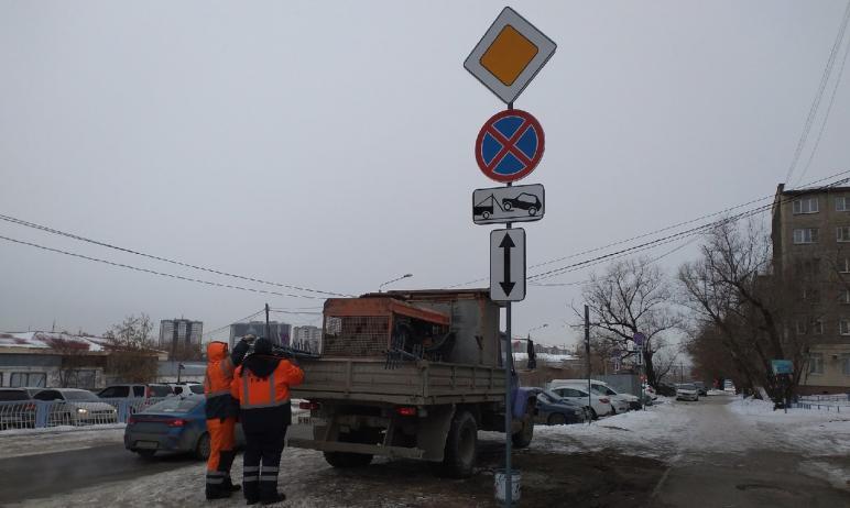 В Челябинске возле Свято-Симеоновского кафедрального собора установили более 50 дорожных знаков.