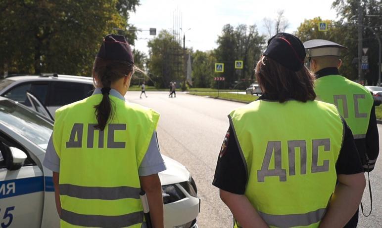 Инспекторы ДПС, осуществляющие надзор за дорожным движением на трассе Челябинск-Новосибирск, по п