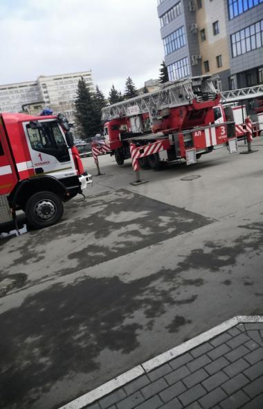 В Челябинске сегодня днем, 23-го марта, пожарные были подняты по тревоге в связи с возгоранием в
