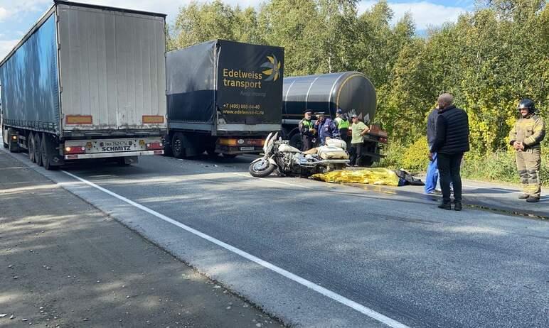 В Миассе (Челябинская область) мотоциклист, не имевший прав, протаранил иномарку и грузовик. От п