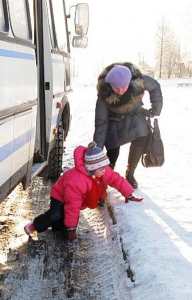 Учащиеся школы №154, что на северо-западе Челябинска, ежедневно подвергают свои жизни опасности.
