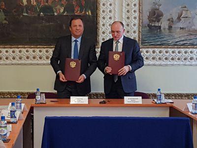 Свои подписи под документом поставили губернатор Борис Дубровский и генеральный директор Госкорпо