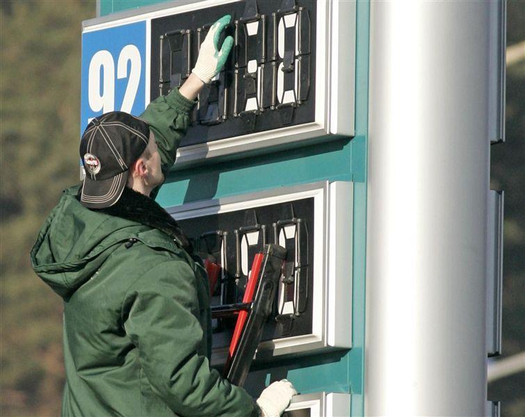 В среднем за литр самого востребованного бензина – Аи-92 – южноуральцы отдают 25 рублей 71 копейк