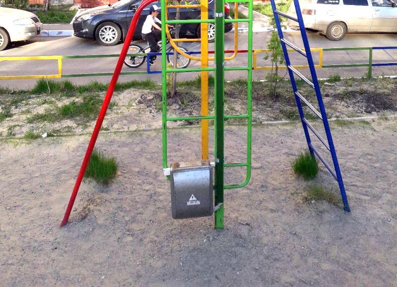 Жители Челябинска пожаловались общественникам на подведенное к железной конструкции на детской иг