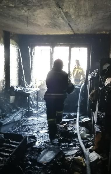 В Челябинске в многоэтажке из-за неосторожного курения загорелась квартира. Огонь мгновенно перек