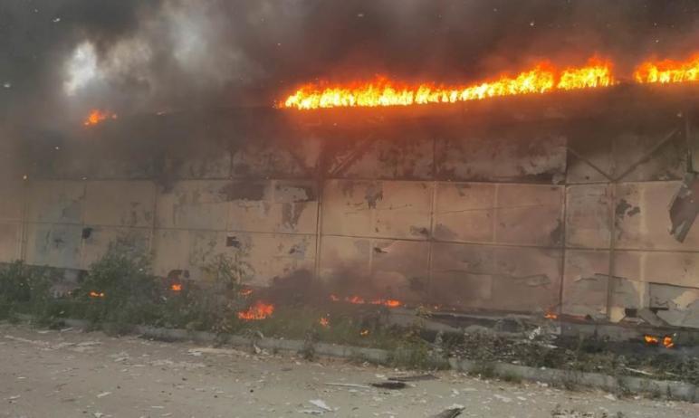 Сегодня, 15 июня, в Челябинске пожарные уже три часа борются с огнем, который охватил склад в Кал