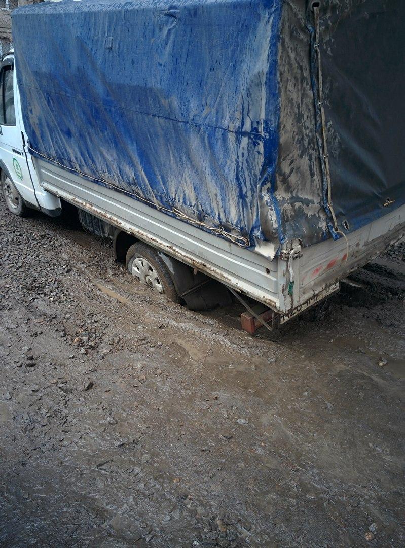 Как сообщают на странице «На дорогах Магнитки» ВКонтакте, на улице Доменщиков заднее левое колесо