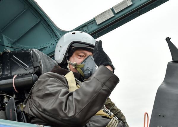 В День защитника Украины 14 октября Петр Порошенко открыл выставку военной техники на Михайловско
