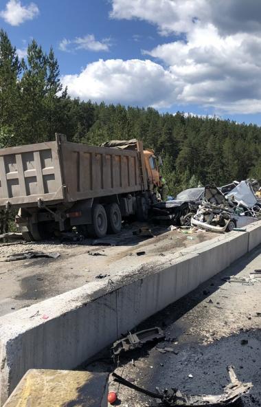 В Катав-Ивановском районе (Челябинская область) грузовик протаранил пять машин. У большегруза отк