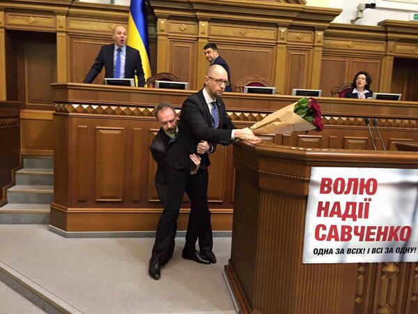 В момент выступления премьер-министра Украины Арсения Яценюка с отчетом о проделанной за год рабо