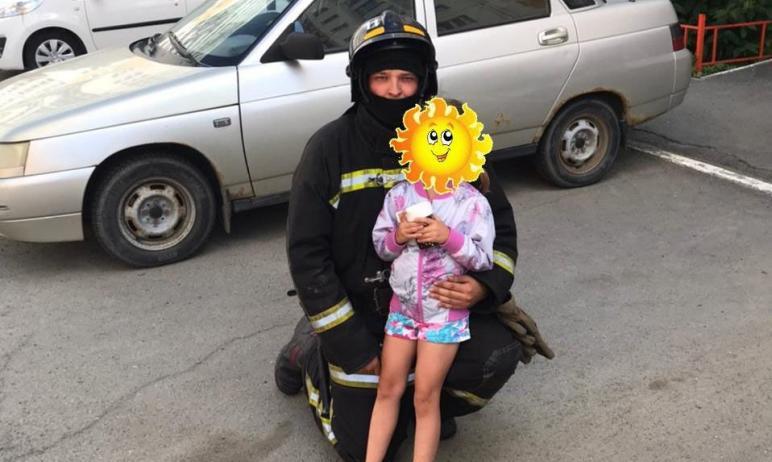 Сегодня, шестого июля, в Челябинске пожарные эвакуировали с пятого этажа девочку, которая встала