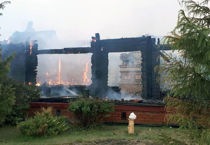В Кусе, на Красной горке (Челябинская область), молния «зажгла» деревянный дом. Небесная гостья п
