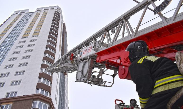 Огнеборцы Челябинска провели комплексную тренировку в многоэтажке в новом микрорайоне города. Нет