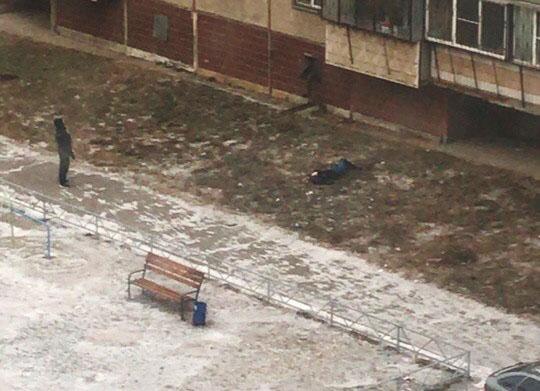 В Челябинске с седьмого этажа упала девушка. За ее жизнь сейчас борются медики. Полиция не исключ