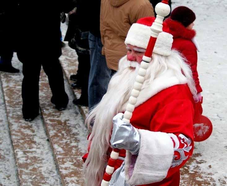 В этот день жители смогут встретиться одновременно с десятками Дедов Морозов, удивиться их талант