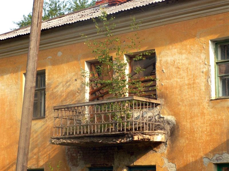 Кровля на жилых строениях до сих пор не восстановлена, чердаки в сугробах, квартирам жильцов нане