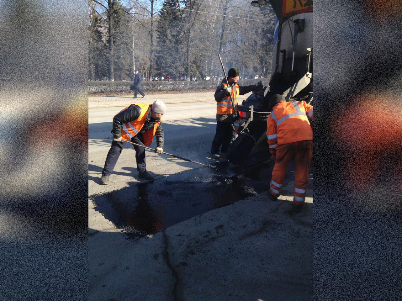 Первые работы по ямочному ремонту в Челябинске начались ещё зимой. В феврале этого года была опро