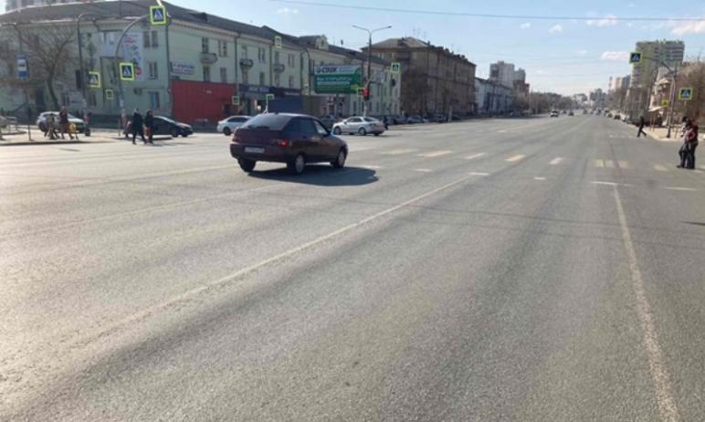В Челябинске дорожные дефекты, а именно – трещины, устраняют с нарушениями национальных стандарто