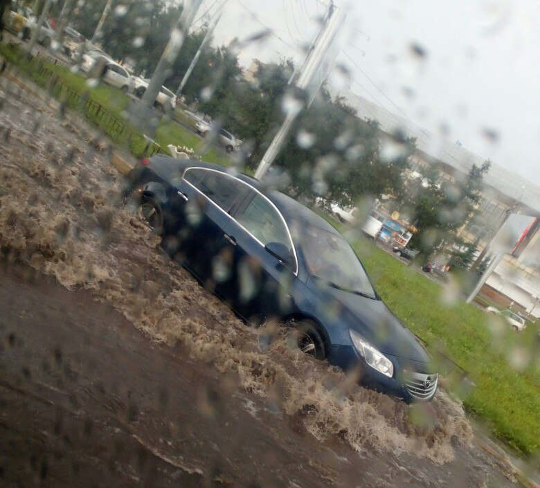 В считанные минуты «поплыла» улица Доватора. Вода достигает капотов автомобилей. Такая же ситуаци