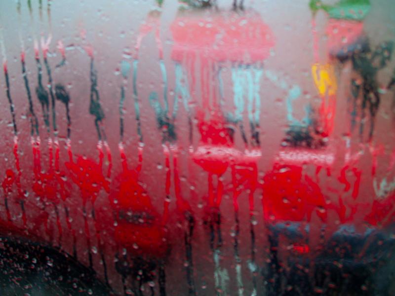 Сильные дожди, грозы, град и шквалистый ветер задержатся в Челябинской области еще на сутки.