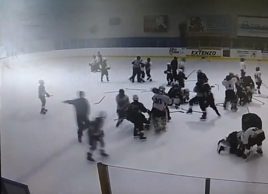 Инцидент произошел 15 августа на турнире «Предсезонный», который проходит в ледовом дворце «Айсбе