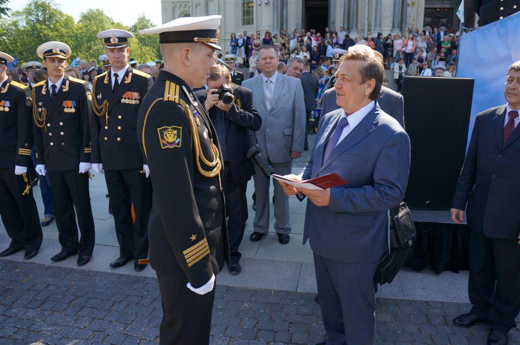 Церемонию выпуска возглавил Главнокомандующий Военно-морским флотом России адмирал В.В. Чирков, т
